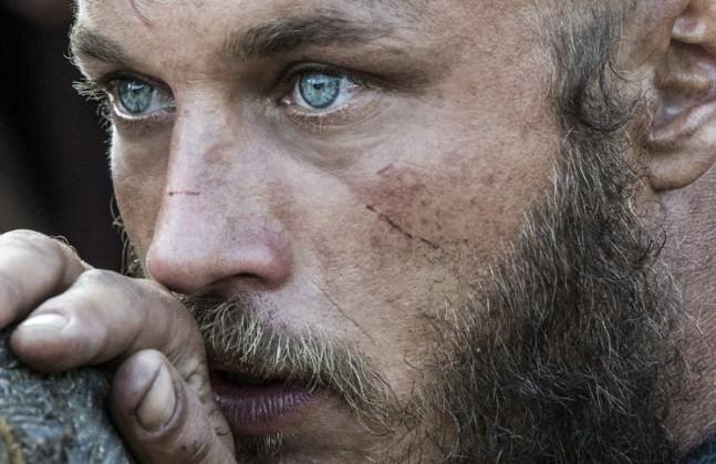Les yeux d'eau pure de Travis Fimmel alias Ragnar Lothbrok dans Vikings